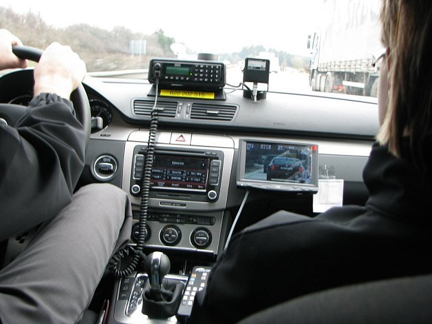 S novým vozem jezdí policisté po dálnici D1. Rychlost měří přímo za jízdy. Ti, co nedodržují předepsanou rychlost, by si měli dát pozor. Novému vozu Volkswagen Passat totiž žádný řidič ještě neujel.