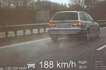 Řidič svojí bezohlednou jízdou ohrožoval nejen sebe, ale také bezpečnost ostatních. Jeho rychlost zachytila radarová kamera.