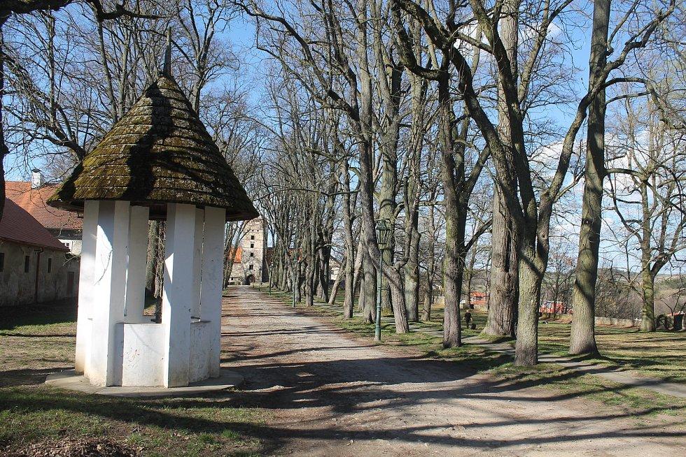 Zámecký park láká k procházkám.