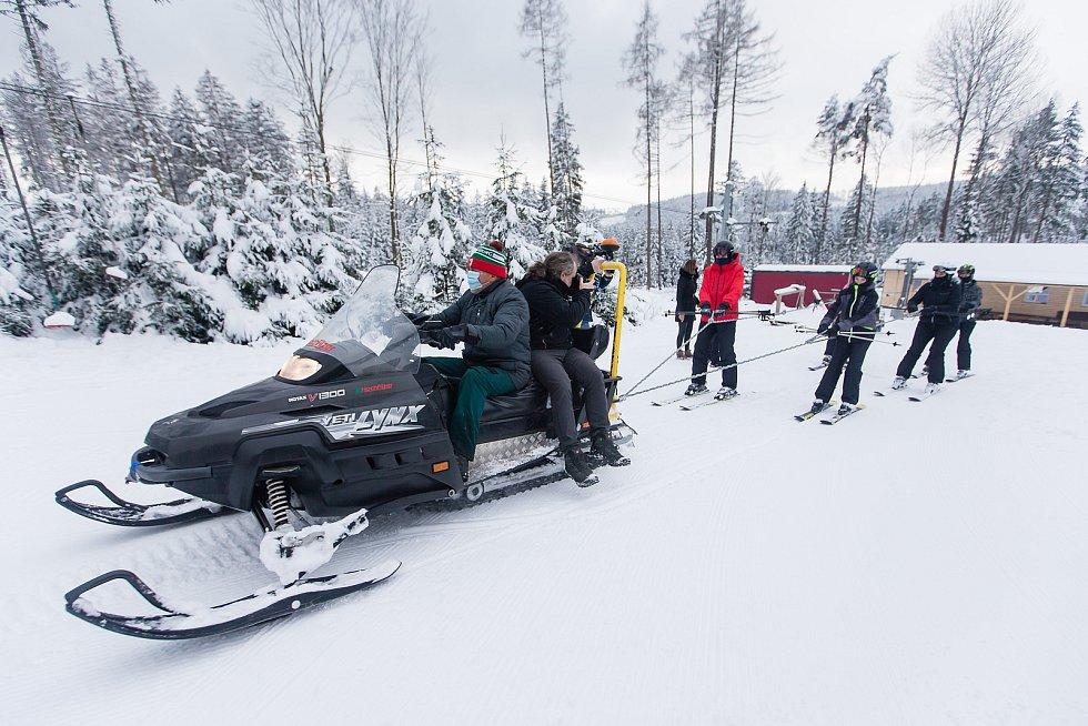 V lyžařském areálu Čeřínek tahal lyžaře na kopec skútr.