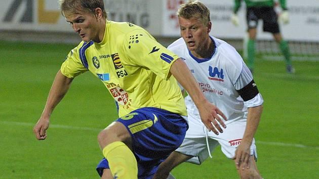 Jihlavský útočník Pavel Simr (vlevo) si zpracovává míč ve včerejším druholigovém zápase s Ústím nad Labem. Vysočina na domácím trávníku konečně vyhrála, Severočechy zdolala 3:0.