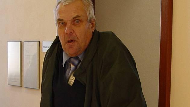 Invalidní důchodce František Fiala rád pózuje médiím. Na chodbě soudu si kolem hlavy motal provaz, který předtím ukazoval soudci.