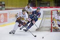 Jihlavští hokejisté (v bílém) se představili v Přerově.