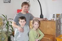 Umělecký kovář David Habermann se svými dětmi, synem Matyášem a dcerou Elisabeth.