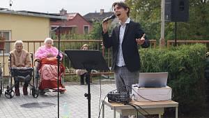 Kristián Šebek opět navštívil seniory v domově v jihlavském Lesnově.