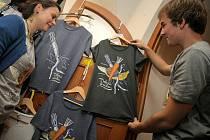 Z letošního Mezinárodního festivalu dokumentů v Jihlavě si můžete na památku odnést tričko s mrkví.