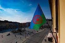 Romská vlajka na jihlavské radnici.