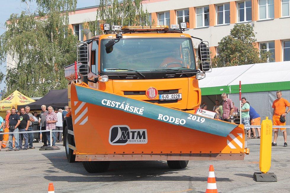 Foto z loňského ročníku Cestářského rodea v Jihlavě. Součástí akce byla jízda zručnosti i výstava techniky.