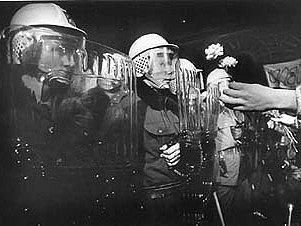 Sametová revoluce. Svůj název získala proto, že státní převrat proběhl takřka bez násilí. Statisíce lidí po celé republice se shromažďovaly na veřejných prostranstvích a žádaly změnu systému na demokracii.