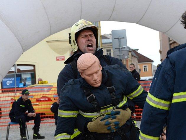 Tvrdí hasiči. Soutěžící na trati překonávali sami sebe, mnohdy si sáhli až na dno svých fyzických sil.