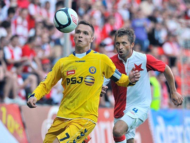 Do prvního utkání v nejvyšší fotbalové soutěži přivedl jako kapitán tým FC Vysočina Stanislav Tecl (vlevo). Především v prvním poločase pak se svými spoluhráči notně proháněl sešívanou obranu včetně zkušeného Davida Hubáčka (vpravo).
