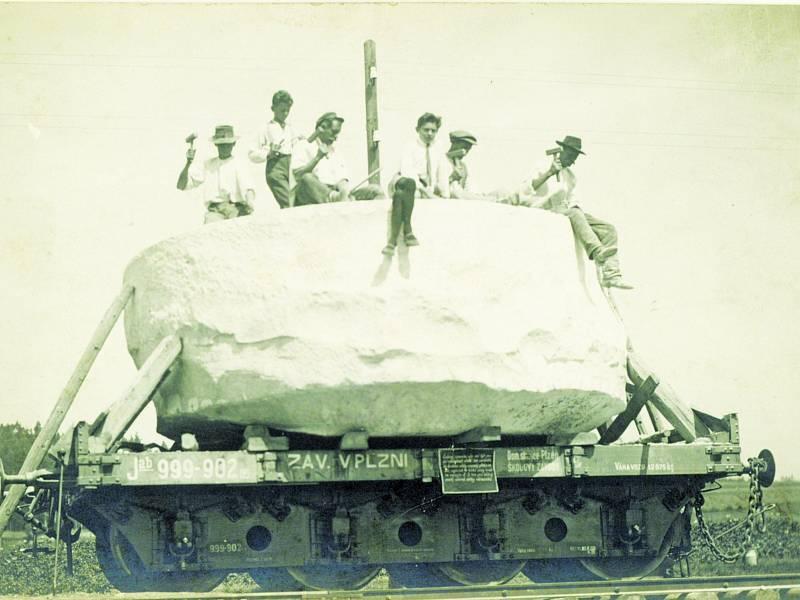 Blok žuly pro kašnu na Hradčanech dojel v pořádku, ale obří monolit se 8. září 1923 na cestě přerazil vedví za dramatických okolností.