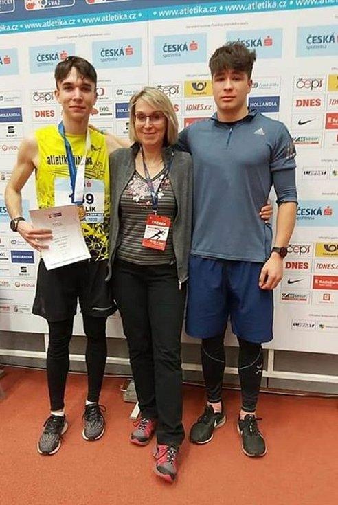 Eduard Kubelík (vlevo) si v únoru pověsil na krk zlatou medaili. Na halovém mistrovství České republiky ovládl sprint na 200 metrů.