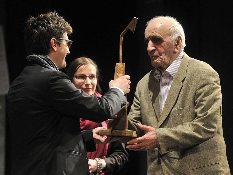Cenu za přínos světové kinematografii převzal od ředitele festivalu Marka Hovorky (vlevo) arménský režisér Artavazd Pelešjan (vpravo).