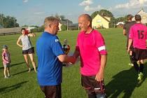 Vítězství ve IV. třídě a postup o patro výše si zajistili fotbalisté Nové Cerekve. Pohár převzal kapitán týmu Kamil Zíka.