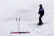 Takto vypadal svah na vrchu Rudný v jihlavské části Zborná včera odpoledne. I když sněhu není mnoho, ještě stále drží.