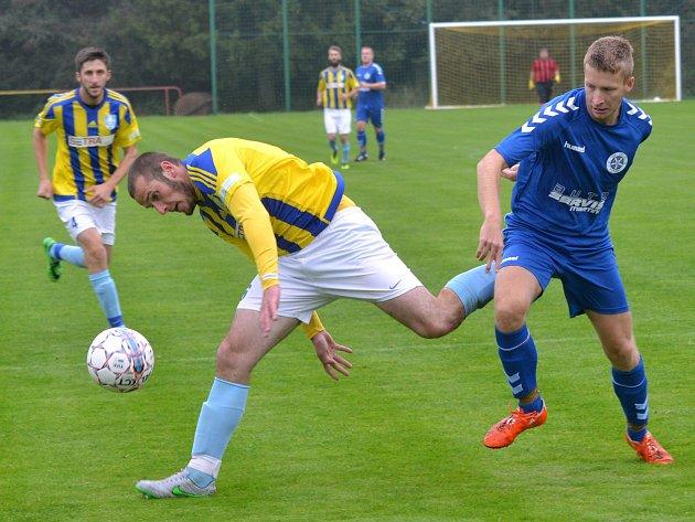Fotbalisté Dobronína (ve žlutém) doma přenechali všechny  body Telči, která vyhrála derby 2:1.