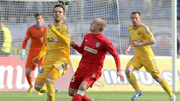 Naposledy se Zbrojovka v Jihlavě představila letos čtvrtého května. Fotbalisté Vysočiny tehdy i díky jednomu zásahu Harise Harby (na snímku z utkání vlevo) zvítězili 2:1.