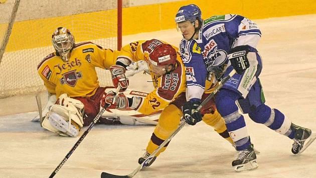 Jihlavský obránce Tomáš Ficenc se snaží uklidit puk do bezpečí před dotírajícím útočníkem Komety Brno Davidem Švagrovským (vpravo). Dukla prohrála na domácím ledě 2:4.