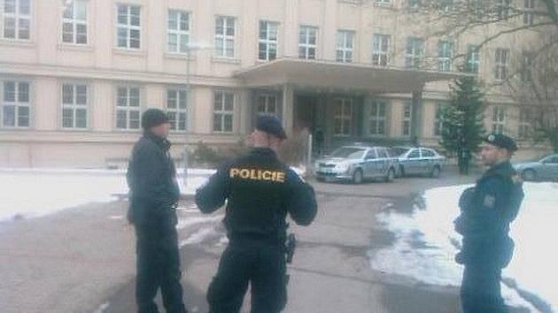 Policisté dnes ráno hlídali budovu jihlavského soudu. Neznámý pachatel totiž ohlásil, že je tam bomba.