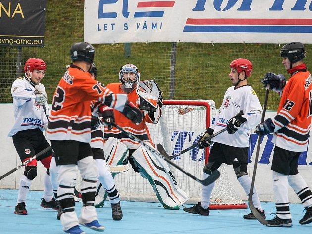 Na povinné tři body jihlavští hokejbalisté (v bílém) s poslední Třemošnou doma dosáhli. Prvoligového outsidera porazil lídr tabulky nakonec jasně 6:0.