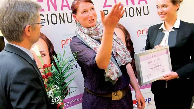 V letošní anketě Žena regionu Vysočiny 2014 zabodovala pětatřicetiletá Zuzana Kazdová (vlevo). Cenu jí předávala organizátorka ankety Denisa Kalivodová.