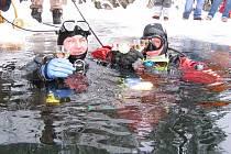 Po úspěšném silvestrovském potápění, které se v Řídelově provádí každý rok, následoval slavnostní přípitek. Do zatopeného lomu se přijeli podívat současní členové klubu i ti, kteří se na jeho činnosti podíleli v minulosti.