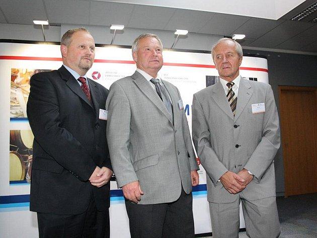 Firmou roku se stala polenská firma Sapeli. Předseda představenstva firmy Sapeli Jaroslav Vrtal (uprostřed) byl prvenstvím v prestižním klání velmi mile překvapen.