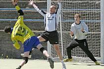 Jihlavští házenkáři (ve žlutém - Jiří Gálik) vydolovali ze dvou zápasů tři body, které je přiblížily k záchraně ve druhé