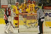 Prvoligoví jihlavští hokejisté (ve žlutých dresech) se v letošní sezoně utkali s Havířovem zatím jen dvakrát. Na jeho ledě podlehli 0:1, před vlastním publikem se radovali z vítězství 4:1.