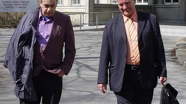 Sexuální deviant z Jihlavy Vladimír Parkan (vlevo) bude muset k soudu znovu a s ním i jeho obhájce Robert Jonák (vpravo).
