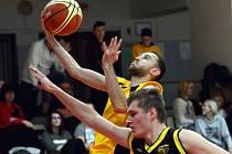 Miroslav Krajcigr (s míčem) byl v pátek večer k nezastavení. Jihlavský basketbalista se trefoval ze všech možných pozic, konto soupeře zatěžkal 39 body, a velkou měrou se tedy podílel na senzační výhře nad Košíři 114:105.
