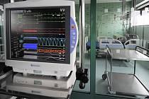 Nový Pavilon urgentní a intenzivní péče Nemocnice Jihlava zahrnuje také moderní infekční oddělení. Starou budovu infekčního možná srovnají se zemí těžké stroje.