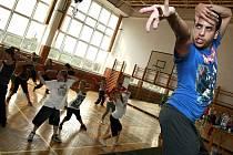 Taneční škola v areálu Střední odborné školy v Třešti je v plném proudu. Učit se od tanečních hvězd se sjeli především náctileté hiphopoví tanečníci nejen z celé republiky, ale také třeba ze Slovenska.