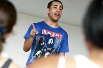 Miguel Zarate, tanečník a choreograf zpěvaček Britney Spears, Lady Gaga, Rihanny nebo také skupiny Pussycat Dolls v Třešti také vyučuje.