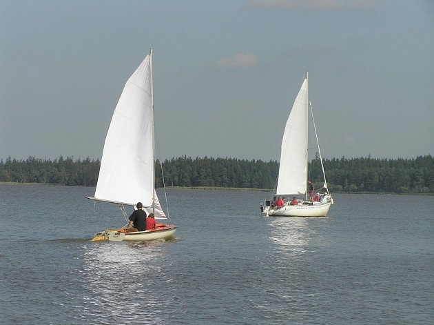 Na vodní hladině Velkého Dářka jsou podle Reného Pohanky pro jachting dobré podmínky.