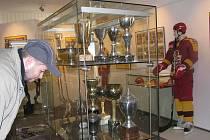 Poháry, medaile, dresy, puky, výstroj, výzbroj, videa, výstřižky, fotografie, všechno, co provázelo půl století jihlavskou Duklu, vidělo za 63 dnů v Muzeu Vysočiny na dva tisíce diváků.