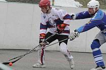 Jihlavští hokejbalisté (v bílém) porazili prvoligovou Přelouč pouze jednou.