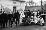V Knínicích má masopustní veselí mnohaletou tradici. Snímek z roku 1976 zachycuje masky těsně po opuštění hospody U Pospíchalů, kde dostaly povolený doping k přežití náročného dne.