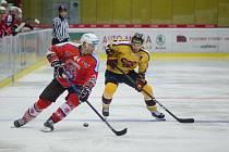 Tomáš Čachotský (ve žlutém) nachystal dvě branky v Šumperku. Jeho tým nakonec zvítězil 3:2.