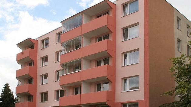 Barevné paneláky na sídlišti Březinky v Jihlavě.