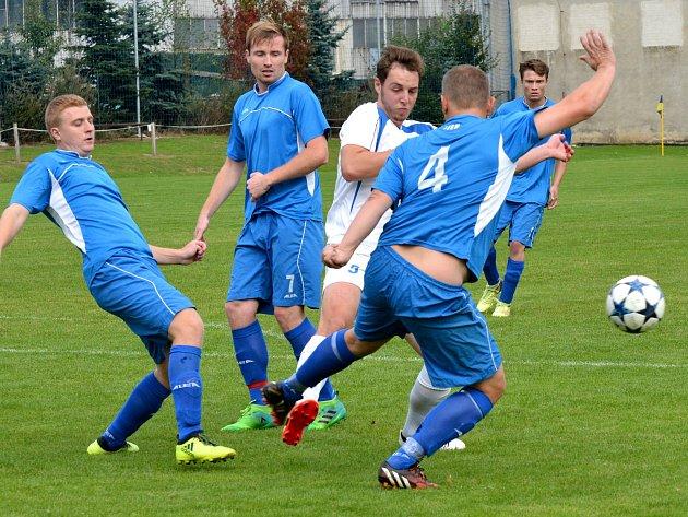 Osm gólů, devět žlutých a dvě červené. Derby v Beranově muselo diváky bavit.