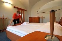 Pokojská jihlavského hotelu Gustav Mahler připravuje povlečení v prezidentském apartmá. Ilustrační foto.
