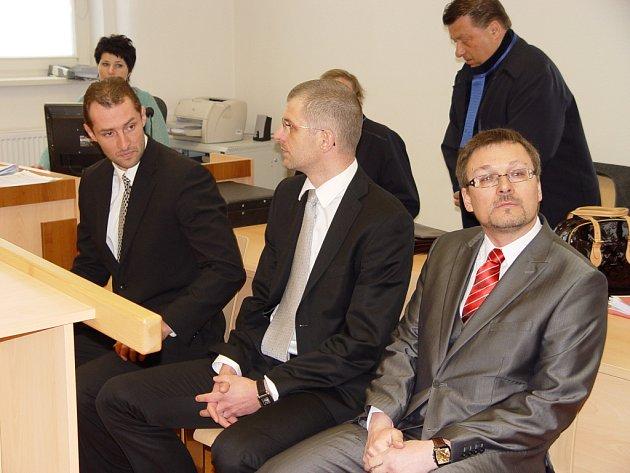 Zleva: Ivan Padělek z Jihlavy, ortoped Ladislav Čepera z Jihlavy a chirurg Michal Kašpar z Brna na lavici obžalovaných.
