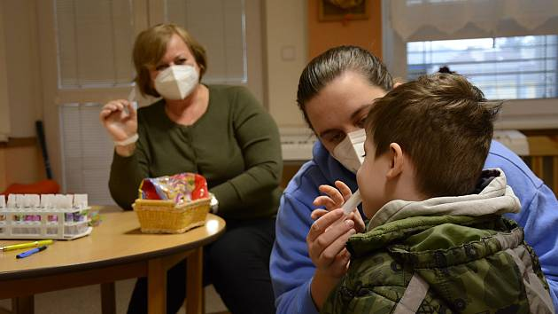 Kvůli rostoucí síle epidemie koronaviru rozhodlo ministerstvo zdravotnictví o testování žáků na základních a středních školách v osmi okresech, kde je epidemiologická situace nejhorší.