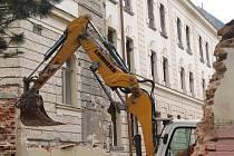 Demolice zdi začala v pátek ráno, v sobotu odpoledne  už měla být minulostí.