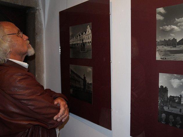 Zblízka. Václav Poppe byl nadšeným fotografem, zemřel v roce 1981, ale zůstala po něm celá řada snímků Telče.