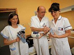 Přístrojové vybavení jihlavské spánkové laboratoře není nijak náročné. Přístroje mají za úkol zaznamenat, jak pacient dýchá. Když má někdo spánkový syndrom, tak se při spaní vyčerpává