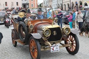 Renesanční Telčí projel retro závod vozidel. Mezi zajímavosti patřil například poštovní vůz nebo nejstarší auto, kterým byl francouzský vůz značky Panhard & Levassor. Ten přijel ukázat majitel Jaroslav Pokorný z Dačic.