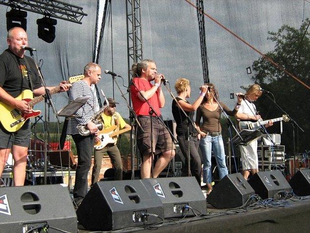 Rocková kapela hraje ve složení Michal Ambrož, Bohumil a Vladimír Zatloukalovi, Jiří Jelínek, Karel Malík, Michael Šimůnek, Jamajka Koblicová a Petra Studená.